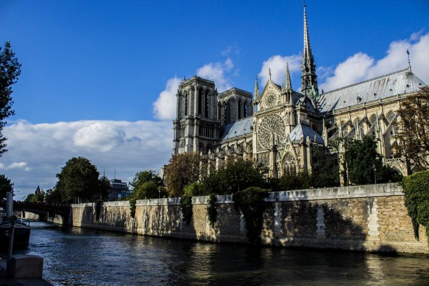 vue_sur_la_cathedrale_notre-dame_de_paris_depuis_le_quai_de_la_tournelle